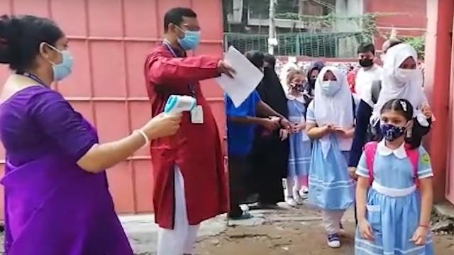 স্বাস্থ্য বিধি মেনে বিদ্যালয়ে প্রবেশ করছে ছাত্রীরা