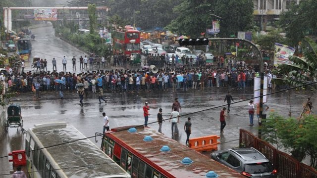 রাজধানীর শাহবাগ মোড় অবরোধ করেছে ঢাবি শিক্ষার্থীরা